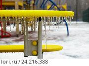 Сосульки на детской площадке. Стоковое фото, фотограф Илья Воловиков / Фотобанк Лори