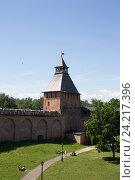 Крепостная стена и Дворцовая Башня, кремль, Великий Новгород (2015 год). Редакционное фото, фотограф TimoSamo / Фотобанк Лори