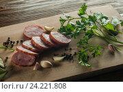 Нарезанная колбаса на разделочной доске. Стоковое фото, фотограф Igor Sirbu / Фотобанк Лори
