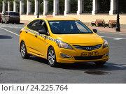 Купить «Желтый автомобиль такси на Большой Никитской улице. Пресненский район. Москва», эксклюзивное фото № 24225764, снято 9 июля 2016 г. (c) lana1501 / Фотобанк Лори