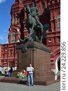 Купить «Мужчина держит плакат с надписью «Война - всего лишь трусливое бегство от проблем мирного времени» около памятника маршалу Жукову в Москве», эксклюзивное фото № 24229856, снято 9 июля 2016 г. (c) lana1501 / Фотобанк Лори