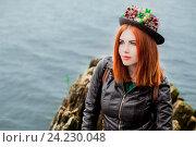 Красивая  девушка    в шляпке, на берегу у реки, летом, смотрит вдаль. Архангельск. Стоковое фото, фотограф Ирина F24 / Фотобанк Лори