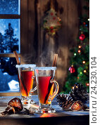 Close up view  of glass with mulled wine with gift boxes on color back. Стоковое фото, фотограф Дмитрий Эрслер / Фотобанк Лори