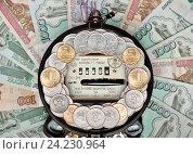 Счетчик электрический с деньгами. Стоковое фото, фотограф Элина Гаревская / Фотобанк Лори