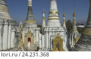 Купить «Храмовый комплекс Шве-Инн-Тхейн-Пайя в Мьянме вблизи озера Инле», видеоролик № 24231368, снято 16 ноября 2016 г. (c) Михаил Коханчиков / Фотобанк Лори