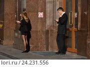 """Купить «Люди курят около знака """"Курение запрещено""""», эксклюзивное фото № 24231556, снято 31 августа 2016 г. (c) lana1501 / Фотобанк Лори"""