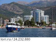 Купить «Отель Tre Canne и туристическое судно в заливе Будвы, Черногория», эксклюзивное фото № 24232880, снято 28 июля 2015 г. (c) Алексей Гусев / Фотобанк Лори