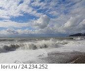 Купить «Солнечный шторм, брызги волн и облака над морем», фото № 24234252, снято 14 октября 2016 г. (c) DiS / Фотобанк Лори