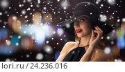 beautiful woman in black hat over night lights. Стоковое фото, фотограф Syda Productions / Фотобанк Лори