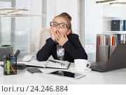 Купить «Маленькая девочка зевает», фото № 24246884, снято 17 сентября 2016 г. (c) Алексей Кузнецов / Фотобанк Лори