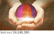 Купить «Красочный шар вращается в руках человека», видеоролик № 24248380, снято 20 ноября 2016 г. (c) Роман Будников / Фотобанк Лори