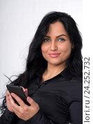 Красивая брюнетка со смартфоном (телефоном) Стоковое фото, фотограф Евгений Андреев / Фотобанк Лори
