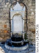 Купить «Источник воды в Старом городе Родоса. Греция», фото № 24254736, снято 23 августа 2015 г. (c) Устенко Владимир Александрович / Фотобанк Лори