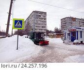 Купить «Уборка снега на городской улице», фото № 24257196, снято 30 января 2016 г. (c) Светлана Кириллова / Фотобанк Лори