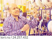 Купить «Mature male customer buying external cable», фото № 24257432, снято 23 октября 2018 г. (c) Яков Филимонов / Фотобанк Лори