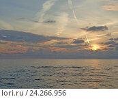 Купить «Морской закат, солнце опускается в облака», фото № 24266956, снято 24 октября 2016 г. (c) DiS / Фотобанк Лори