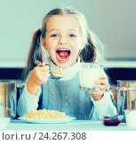 Купить «Hungry little girl with milk and oatmeal kasha», фото № 24267308, снято 18 августа 2019 г. (c) Яков Филимонов / Фотобанк Лори