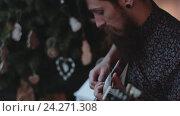 Купить «Хипстер играет на электро гитаре», видеоролик № 24271308, снято 6 ноября 2016 г. (c) Константин Колосов / Фотобанк Лори