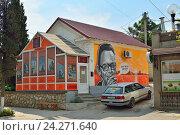 Дом с граффити посвященное Леониду Гайдаю. Судак. Крым (2016 год). Редакционное фото, фотограф Максим Мицун / Фотобанк Лори