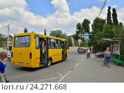 Остановка общественного транспорта. Судак. Крым (2016 год). Редакционное фото, фотограф Максим Мицун / Фотобанк Лори