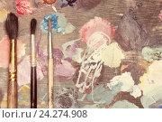 Купить «Палитра с красками разного цвета, рядом лежат кисточки для рисования», фото № 24274908, снято 12 октября 2016 г. (c) Анна Рахимова / Фотобанк Лори