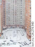 Купить «Снегопад в городе, двор высотного дома с автомобилями, припаркованными около парадных», фото № 24274940, снято 13 ноября 2016 г. (c) Кекяляйнен Андрей / Фотобанк Лори