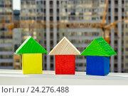 Купить «Деревянные кубики  на фоне строительства . Концепция доступного жилья .», фото № 24276488, снято 24 апреля 2016 г. (c) Сергеев Валерий / Фотобанк Лори
