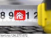 Купить «Рулетка на клавиатуре с символом недвижимости», фото № 24277072, снято 21 августа 2015 г. (c) Сергеев Валерий / Фотобанк Лори