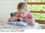 Купить «Девочка шести лет читает книгу на веранде дачи», фото № 24279000, снято 19 июня 2016 г. (c) Ирина Гришанова / Фотобанк Лори