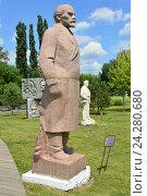 """Купить «Скульптура «Ленин» (скульптор В. Д. Чазов, 1970-е, гранит) в парке искусств """"Музеон"""" в Москве», эксклюзивное фото № 24280680, снято 1 июля 2016 г. (c) lana1501 / Фотобанк Лори"""