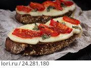 Купить «Бутерброды с помидорами и моцареллой», фото № 24281180, снято 19 октября 2016 г. (c) Сергей Вольченко / Фотобанк Лори