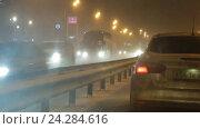 Купить «Автомобильный поток зимой в метель, трасса М7», эксклюзивный видеоролик № 24284616, снято 28 ноября 2016 г. (c) Дмитрий Неумоин / Фотобанк Лори