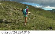 Молодая женщина с рюкзаком идет по горам. Стоковое видео, видеограф Станислав Толстнев / Фотобанк Лори
