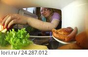 Купить «Семья заглядывает в холодильник и выбирает еду для себя», видеоролик № 24287012, снято 10 апреля 2016 г. (c) Андрей Шалари / Фотобанк Лори