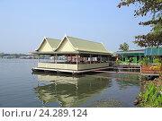 Купить «Плавучий ресторан на понтонах у берега на реке Квай. Королевство Таиланд», фото № 24289124, снято 30 декабря 2013 г. (c) Григорий Писоцкий / Фотобанк Лори