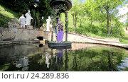 Купить «Статуя девы Марии по средине искусственного озера», видеоролик № 24289836, снято 17 июня 2019 г. (c) Vitalii Popov / Фотобанк Лори