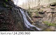 Купить «Небольшой ручей и водопад в осеннем лесу», видеоролик № 24290960, снято 13 июля 2020 г. (c) Vitalii Popov / Фотобанк Лори