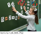 Девочка решает примеры у доски на уроке математики (2015 год). Редакционное фото, фотограф Вячеслав Палес / Фотобанк Лори