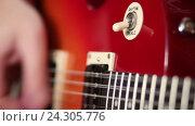 Купить «Электрический переключатель гитары для выбора высоких частот ритма», видеоролик № 24305776, снято 30 октября 2016 г. (c) Швец Анастасия / Фотобанк Лори