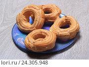 Купить «Пирожные кольца с творогом», эксклюзивное фото № 24305948, снято 2 декабря 2016 г. (c) Яна Королёва / Фотобанк Лори