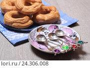 Купить «Пирожные кольца с творогом и десертные ложки», эксклюзивное фото № 24306008, снято 2 декабря 2016 г. (c) Яна Королёва / Фотобанк Лори