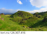 Купить «Зеленый холм с камнями на Кавказе», фото № 24307416, снято 28 июня 2016 г. (c) Михаил Кочиев / Фотобанк Лори
