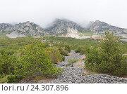 Скалистые горы покрытые серым туманом. Стоковое фото, фотограф Добыш Александр / Фотобанк Лори