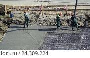 Купить «Заливка бетоном фундамента жилого дома», видеоролик № 24309224, снято 4 мая 2016 г. (c) Сергеев Валерий / Фотобанк Лори