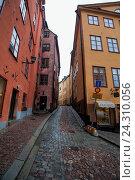 Узкая улица в районе Гамластан, Стокгольм (2014 год). Стоковое фото, фотограф Матвей Солодовников / Фотобанк Лори