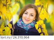 Купить «Портрет девушки в желтой листве деревьев», фото № 24310964, снято 23 октября 2016 г. (c) Иванов Алексей / Фотобанк Лори
