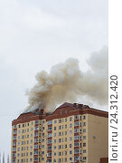 Купить «Пожар в многоэтажном доме», фото № 24312420, снято 6 июля 2020 г. (c) Рустам Шигапов / Фотобанк Лори