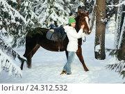 Купить «Красивая девушка и лошадь в зимнем лесу», фото № 24312532, снято 19 декабря 2015 г. (c) Рустам Шигапов / Фотобанк Лори