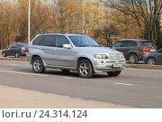 Купить «Серебристый немецкий среднеразмерный кроссовер BMW X5 на дороге», фото № 24314124, снято 2 апреля 2016 г. (c) Михаил Рудницкий / Фотобанк Лори