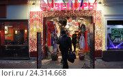 Купить «Москва, магазин сувениров на старом Арбате», эксклюзивный видеоролик № 24314668, снято 4 декабря 2016 г. (c) Дмитрий Неумоин / Фотобанк Лори
